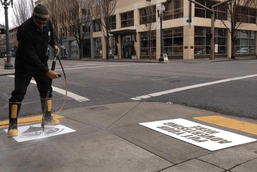 Tattiche di comunicazione non convenzionali - Reverse graffiti esecuzione